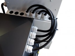 The power connection between switch and alternator is made with a H07RNF Neoprene cable (on QT1-QT2 panels) or UL (on QFI panels).